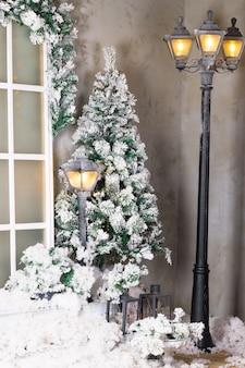 Weihnachtsbaum im freien im schnee