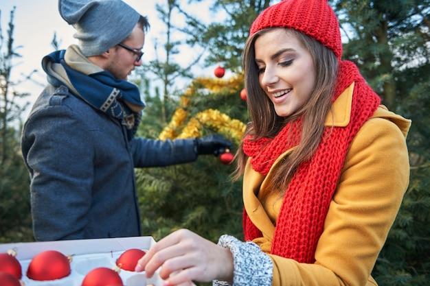 Weihnachtsbaum im garten muss auch angezogen werden