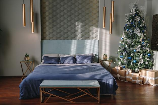 Weihnachtsbaum im modernen luxusschlafzimmer.