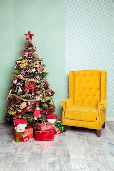 Weihnachtsbaum im modernen rauminnenraum verziert