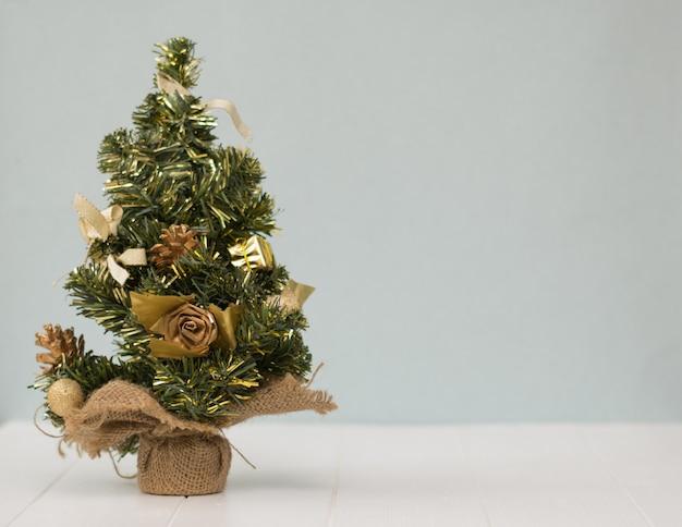 Weihnachtsbaum im rausschmiß auf einem holztisch.
