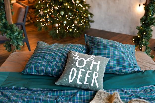 Weihnachtsbaum im schlafzimmer, ausgangsinnenraum des neuen jahres