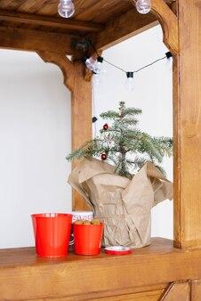 Weihnachtsbaum in basteltasche und deko