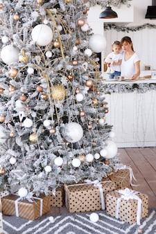Weihnachtsbaum in der küche mit menschen