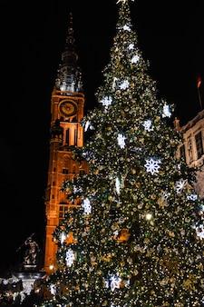 Weihnachtsbaum in der nacht altstadt von danzig polen