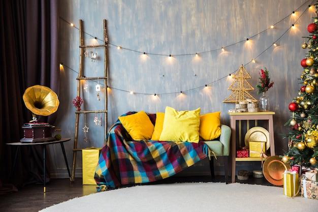 Weihnachtsbaum in der nähe eines sofas