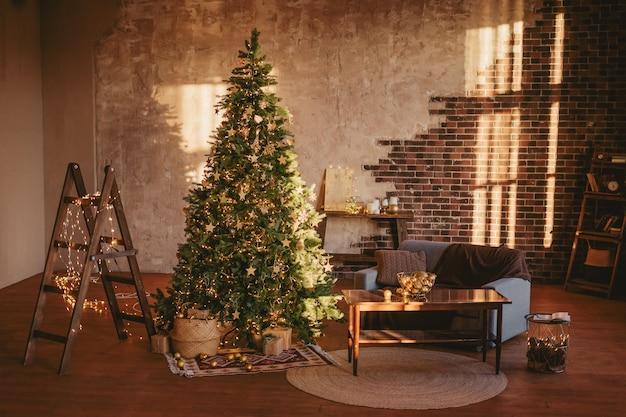 Weihnachtsbaum in einem gemütlichen rustikalen wohnzimmer.
