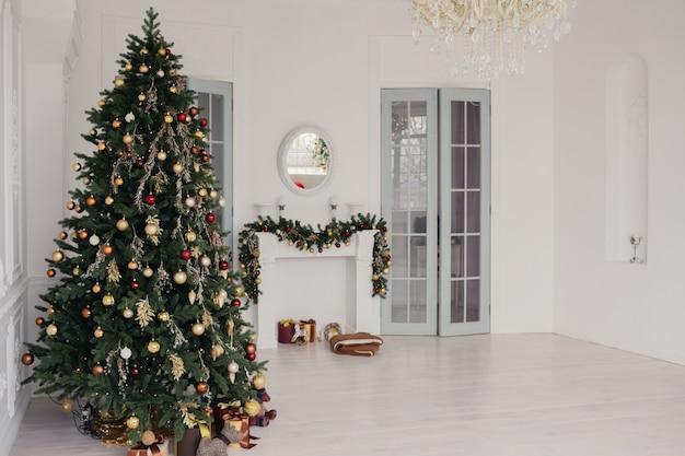 Weihnachtsbaum in einem hellen dekorierten raum vintage