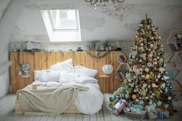 Weihnachtsbaum in einem schön dekorierten haus mit weihnachtsgeschenken darunter.
