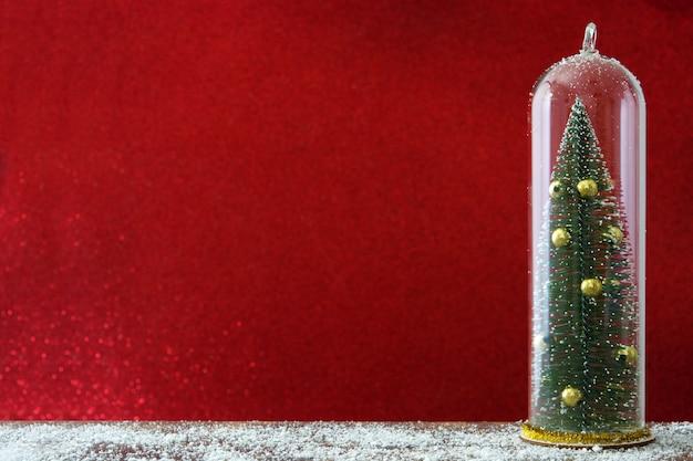 Weihnachtsbaum innerhalb eines kristallbehälters