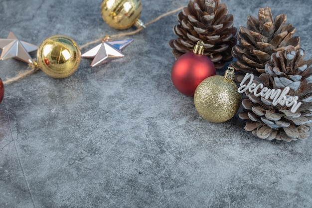 Weihnachtsbaum-kegel mit dezember-schriftzug und glitzernden figuren herum