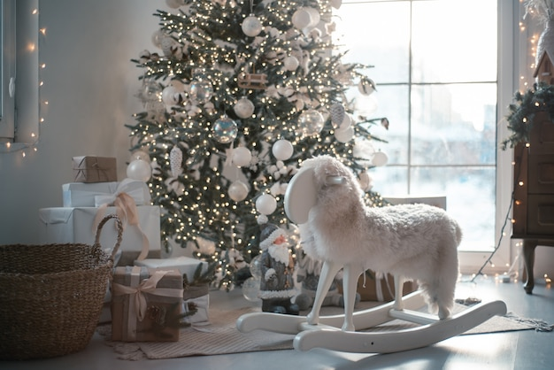 Weihnachtsbaum lichter reflektieren von glaskugeln und spiegel