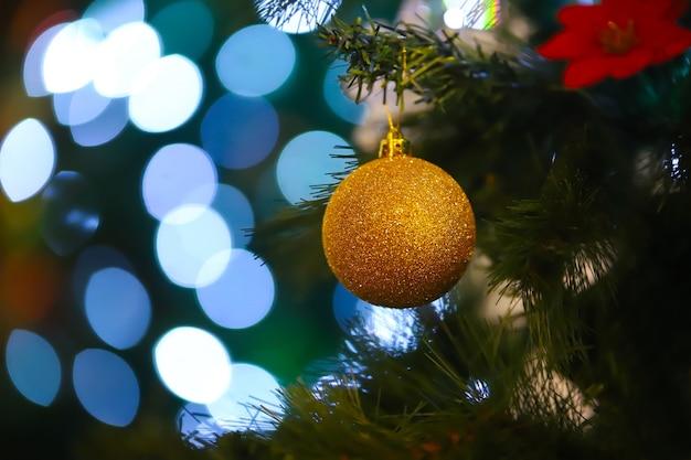 Weihnachtsbaum lichter und dekoration.