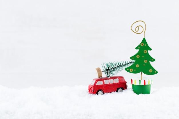 Weihnachtsbaum mit auto auf schnee