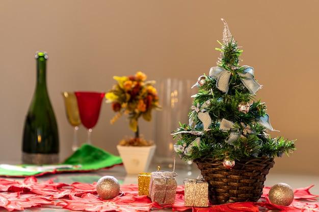 Weihnachtsbaum mit blauen schleifen und unscharfem hintergrund