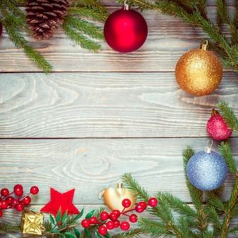 Weihnachtsbaum mit dekoration auf einem hölzernen brett. weihnachtsspielzeug. neujahr. copyspace