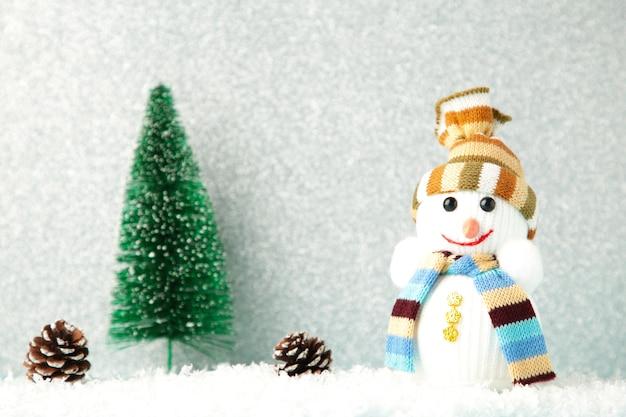 Weihnachtsbaum mit dekoration auf silbernem hintergrund