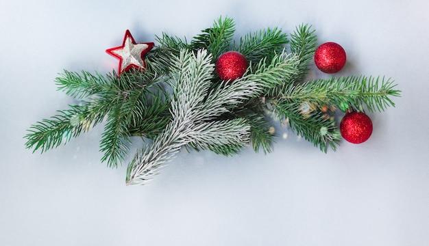 Weihnachtsbaum mit dekoration. platz kopieren