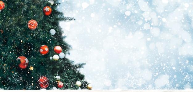 Weihnachtsbaum mit dekoration,