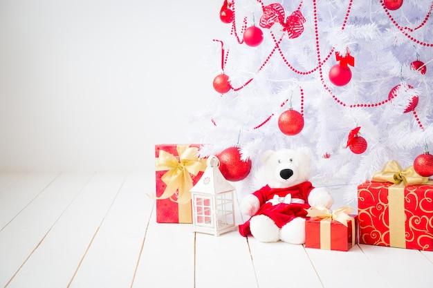 Weihnachtsbaum mit dekorationen. weihnachtsferienkonzept