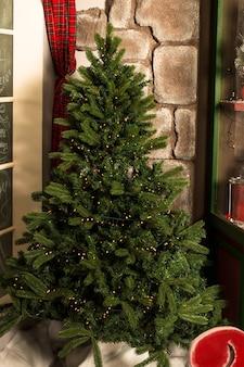 Weihnachtsbaum mit dekorationen