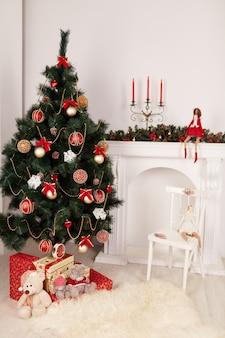 Weihnachtsbaum mit einer puppe