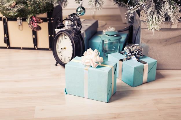 Weihnachtsbaum mit geschenkboxen. nahaufnahme des weihnachtsbaumhintergrundes. weihnachtsbaum und weihnachtsschmuck Premium Fotos