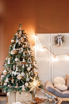 Weihnachtsbaum mit geschenken darunter im wohnzimmer