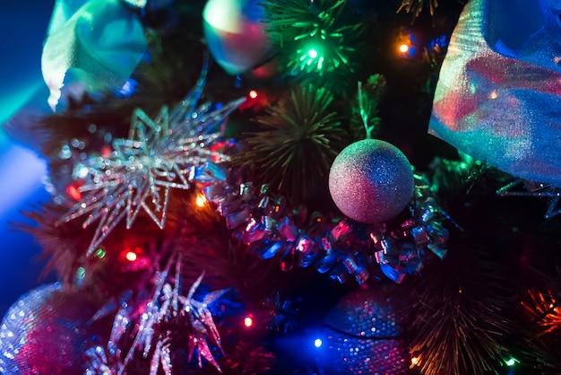 Weihnachtsbaum mit girlanden und luftballons geschmückt
