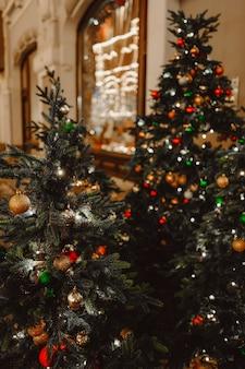 Weihnachtsbaum mit glänzendem spielzeug festliche stimmung winter 2022 frohe weihnachten und ein gutes neues jahr
