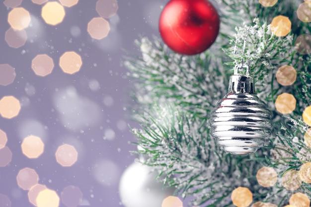 Weihnachtsbaum mit kugeln auf lila hintergrund