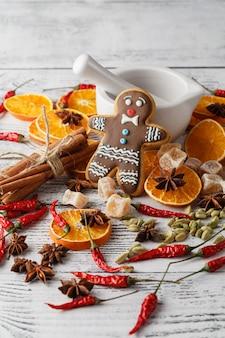 Weihnachtsbaum mit kugeln und trockenen orangen auf einem alten holztisch