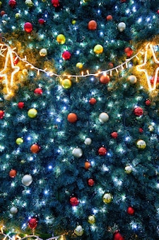 Weihnachtsbaum mit lichtern und kugeln