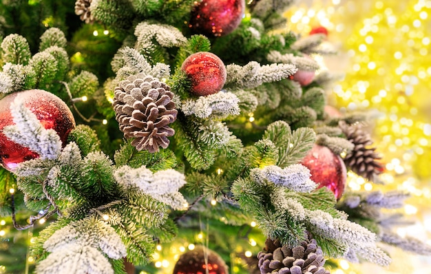 Weihnachtsbaum mit roten kugeln.