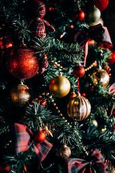 Weihnachtsbaum mit spielzeug und dekorativem schnee für ein frohes neues jahr