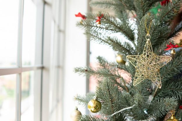 Weihnachtsbaum mit sterndekoration im wohnzimmer, weihnachten