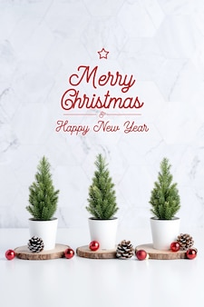 Weihnachtsbaum mit tannenzapfen und dekorweihnachtsball, grußkarte der frohen weihnachten und des guten rutsch ins neue jahr