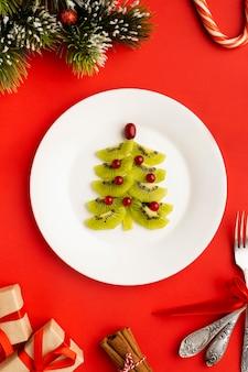 Weihnachtsbaum mit verschiedenen zutaten gemacht