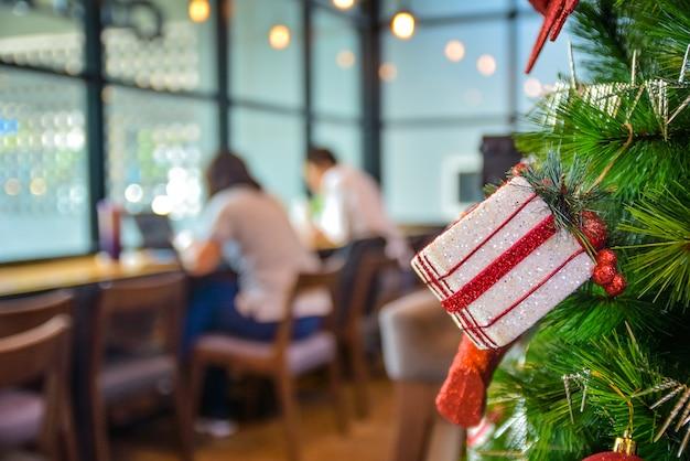 Weihnachtsbaum mit weihnachtsdekoration