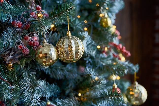 Weihnachtsbaum mit weihnachtskugeln