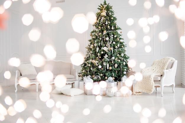 Weihnachtsbaum mit weihnachtslichtern im innenraum