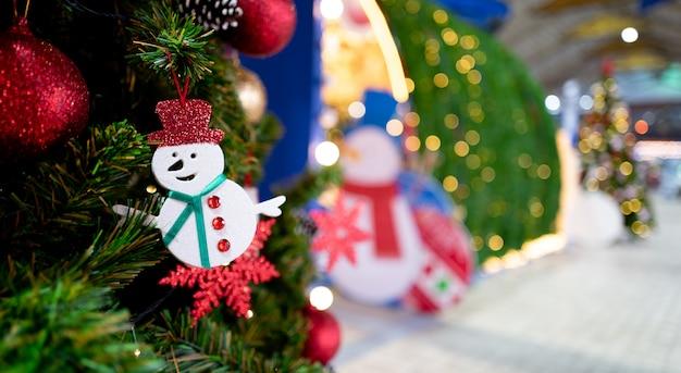 Weihnachtsbaum präsentiert weihnachtsbaum und dekorative elemente