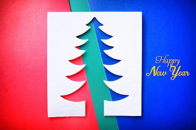 Weihnachtsbaum scherenschnitt design papercraft karte. weiße, rote und grüne farbe