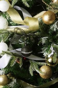 Weihnachtsbaum. silberne und goldene kugeln. nahansicht