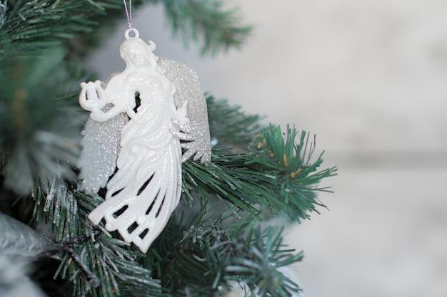 Weihnachtsbaum silberner engel in den niederlassungen