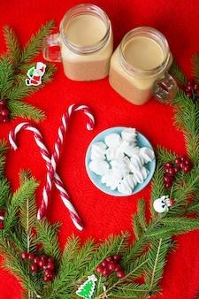 Weihnachtsbaum, süßigkeiten, kaffee marshmello auf rotem grund. frohes neues jahr.