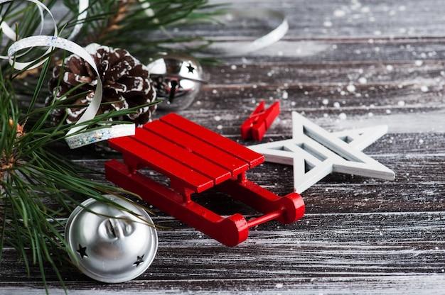 Weihnachtsbaum und dekor im skandinavischen stil
