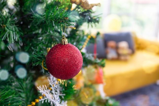 Weihnachtsbaum und dekoration