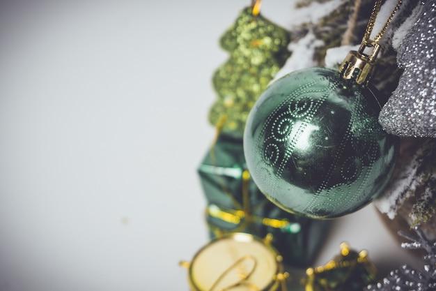 Weihnachtsbaum und dekorationen auf weißem hintergrund