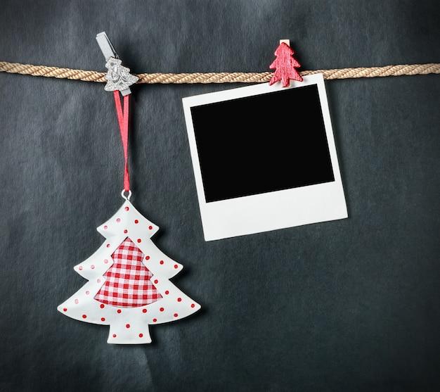 Weihnachtsbaum und ein alter bilderrahmen